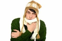Porträt eines gutaussehenden Mannes kleidete für ein kaltes Wintereinfrieren an. Mann in der Strickjacke mit Hut und Schal. Stockfotos