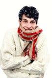 Porträt eines gutaussehenden Mannes kleidete für ein kaltes Winterlächeln an. Junger Mann, der im Schnee einfriert. Lizenzfreies Stockbild