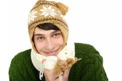 Porträt eines gutaussehenden Mannes kleidete für ein kaltes Winterlächeln an.  Mann in der Strickjacke mit Hut und Schal. Lizenzfreie Stockfotografie