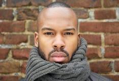 Porträt eines hübschen Afroamerikanermannes mit Schal Stockbilder