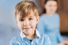 Porträt eines hübschen blonden Jungen in einem blauen Hemd Lizenzfreie Stockfotos