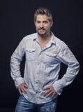 Porträt eines hübschen gut gepflegten Mannes stockbild