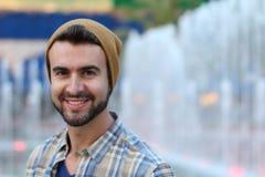 Porträt eines hübschen Hippies, der draußen lächelt Lizenzfreie Stockfotos
