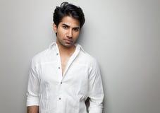 Porträt eines hübschen indischen Mannes Stockbild