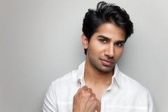Porträt eines hübschen indischen Mannes Lizenzfreie Stockbilder