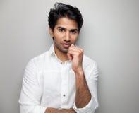 Porträt eines hübschen indischen Mannes Lizenzfreie Stockfotografie