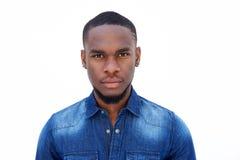 Porträt eines hübschen jungen Afroamerikanermannes Stockfotografie