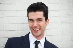 Porträt eines hübschen jungen Geschäftsmannes, der draußen lächelt Lizenzfreies Stockfoto