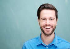 Porträt eines hübschen jungen Mannes mit dem Bartlächeln Lizenzfreie Stockbilder