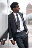 Porträt eines hübschen jungen schwarzen Mannes, der einen Anzug in der Stadt trägt Stockbilder