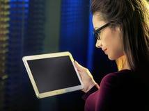 Porträt eines hübschen Mädchens, das eine neue Technologie einsetzt stockfotografie