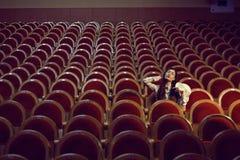 Porträt eines hübschen Mädchens in einem Kino Stockfotografie