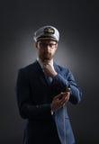 Porträt eines hübschen Seemanns auf einem dunklen Hintergrund Stockfoto
