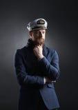 Porträt eines hübschen Seemanns auf einem dunklen Hintergrund Stockfotografie