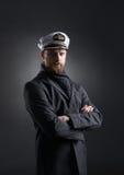 Porträt eines hübschen Seemanns auf einem dunklen Hintergrund Lizenzfreie Stockfotografie