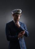 Porträt eines hübschen Seemanns auf einem dunklen Hintergrund Lizenzfreies Stockbild