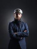 Porträt eines hübschen Seemanns auf einem dunklen Hintergrund Stockfotos