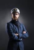 Porträt eines hübschen Seemanns auf einem dunklen Hintergrund Lizenzfreies Stockfoto