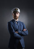 Porträt eines hübschen Seemanns auf einem dunklen Hintergrund Stockbilder
