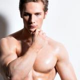 Porträt eines hübschen sexy muskulösen Mannes Stockbilder