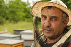 Porträt eines Imkers auf Bienenhaus Stockbild