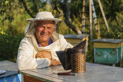 Porträt eines Imkers auf Bienenhaus am Bienenstock Lizenzfreie Stockfotografie