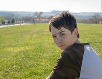 Porträt eines 13-jährigen Jungen mit blauem Hintergrundhimmel stockfoto