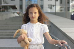 Porträt eines jugendlich Mädchens mit einem Spielzeug Stockbilder