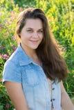 Porträt eines Jugendlichen 15 Jahre mit dem langen Haar in der Wiese Stockfotografie