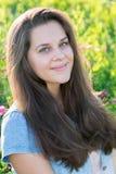 Porträt eines Jugendlichen 15 Jahre mit dem langen Haar in der Wiese Stockbilder