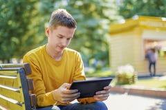 Porträt eines Jugendlichjungen im Park lizenzfreie stockfotografie