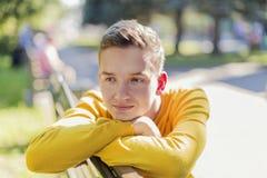 Porträt eines Jugendlichjungen im Park stockfotos