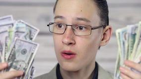 Porträt eines Jungen überrascht durch Geld stock video