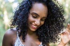 Porträt eines jungen afroen-amerikanisch Frauenlächelns Lizenzfreies Stockfoto