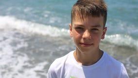 Porträt eines Jungen auf der Seeküste an einem hellen sonnigen Tag