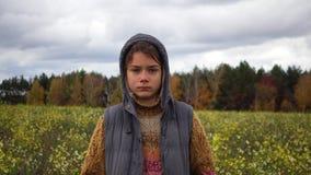 Porträt eines Jungen auf einem geblühten Gebiet im Fall stock video footage