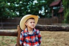 Porträt eines Jungen auf einem Weg in einem breitrandigen Hut stockfoto