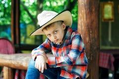 Porträt eines Jungen auf einem Weg in einem breitrandigen Hut lizenzfreies stockbild
