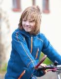 Porträt eines Jungen auf Fahrrad Stockfoto