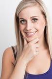 Porträt eines jungen blonden Frauendenkens Stockfoto