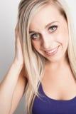 Porträt eines jungen blonden Frauenlächelns Lizenzfreie Stockbilder