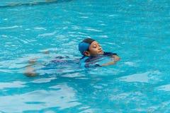 Porträt eines Jungen, der öffentlich Swimmingpool spielt lizenzfreie stockfotografie