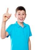 Porträt eines Jungen, der den Finger zeigt die Gefühle ausdrucksvoll auf einem weißen Hintergrund mit einem blauen Hemd zeigt stockfoto