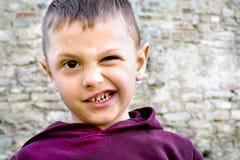 Porträt eines Jungen, der gekrümmt ist Stockbilder