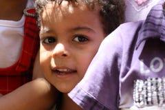 Porträt eines Jungen, der n Giseh, Ägypten spielt lizenzfreie stockbilder