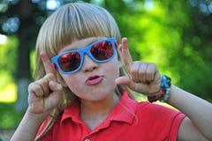Porträt eines Jungen, der Spaß hat Lizenzfreie Stockbilder