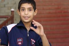 Porträt eines Jungen in der Straße in Giseh, Ägypten stockfotografie