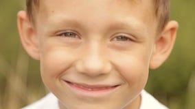Porträt eines Jungen draußen stock video