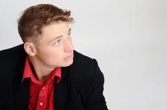Porträt eines jungen Geschäftsmannes, der zur Seite schaut. Mann, der oben vom Profil schaut. Stockfotografie