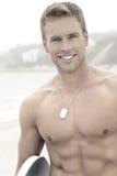 Mann am Strand mit Lächeln stockbilder